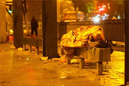 Giả nghèo khổ, nhà báo trẻ bất ngờ trước câu nói kỳ lạ của người vô gia cư - Ảnh 2.