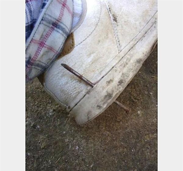 May mà sắm đôi giày xịn chứ giày dỏm là... vẹo cây đinh rồi.