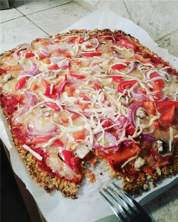 Đây là một mẻ bánh pizza, và phải ăn bằng nĩa.