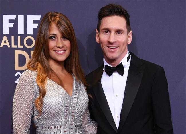 Messi và bạn gái kẹt cứng trong xe khi bị CĐV Barca vây quanh - Ảnh 2.