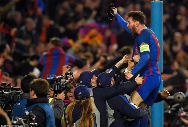 Messi và bạn gái kẹt cứng trong xe khi bị CĐV Barca vây quanh - Ảnh 3.