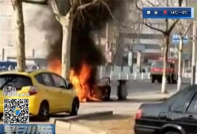 Xe đột ngột bốc cháy, bố quỳ khóc giữa đường vì chỉ biết trơ mắt nhìn con gái 2 tuổi bị thiêu rụi - Ảnh 2.