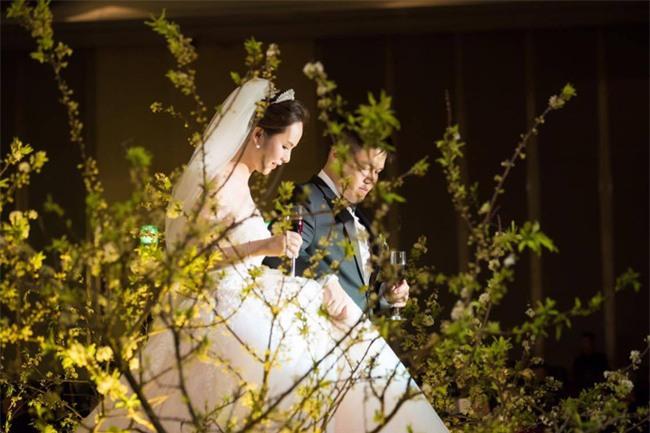Cặp đôi Việt sinh sống tại Mỹ kỳ công dành gần 1 năm để chuẩn bị đám cưới độc lung linh với bạt ngàn hoa - Ảnh 1.