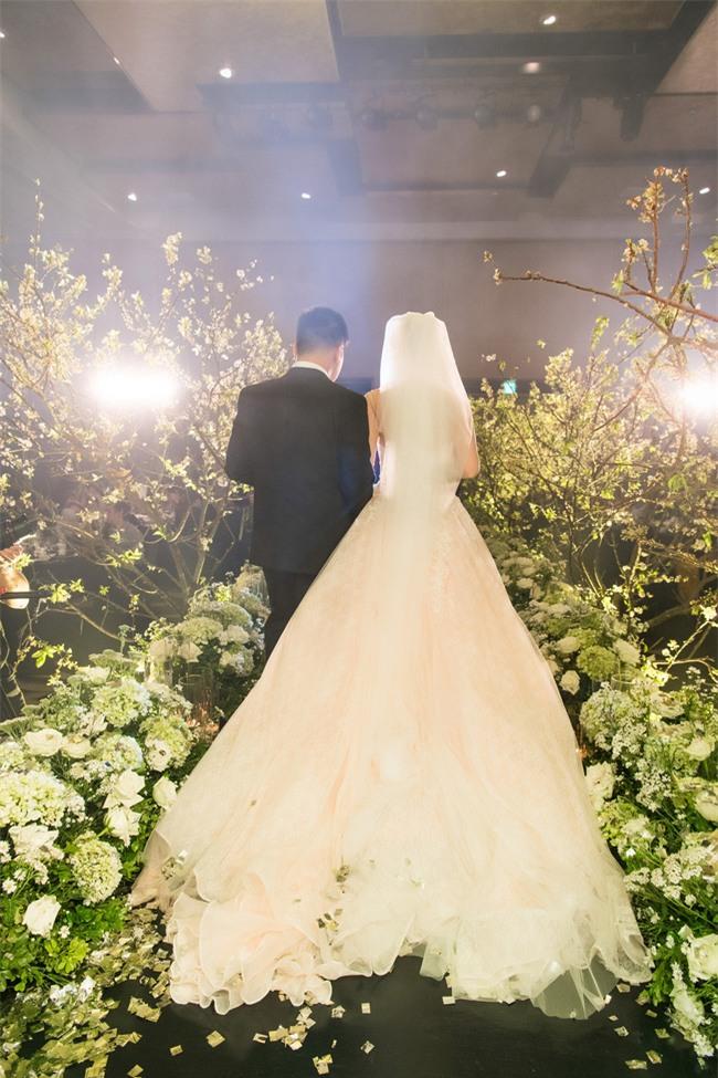 Cặp đôi Việt sinh sống tại Mỹ kỳ công dành gần 1 năm để chuẩn bị đám cưới độc lung linh với bạt ngàn hoa - Ảnh 3.