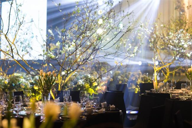 Cặp đôi Việt sinh sống tại Mỹ kỳ công dành gần 1 năm để chuẩn bị đám cưới độc lung linh với bạt ngàn hoa - Ảnh 4.