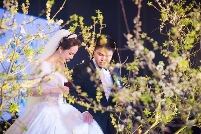 Cặp đôi Việt sinh sống tại Mỹ kỳ công dành gần 1 năm để chuẩn bị đám cưới độc lung linh với bạt ngàn hoa - Ảnh 6.