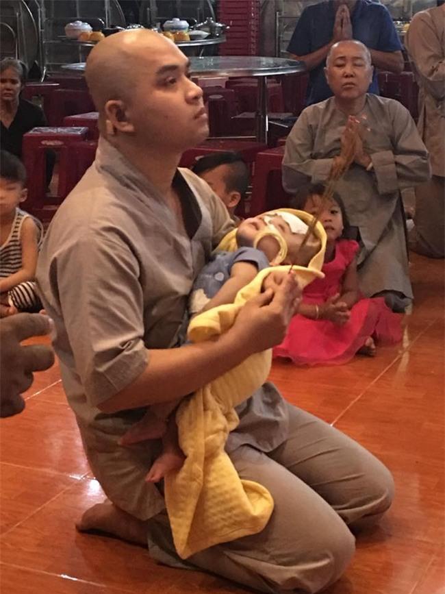 """Bé trai bị não úng thủy nặng đã về đến chùa Vạn Đức: """"Cầu mong kỳ tích xảy ra với Đức Lộc"""" - Ảnh 2."""