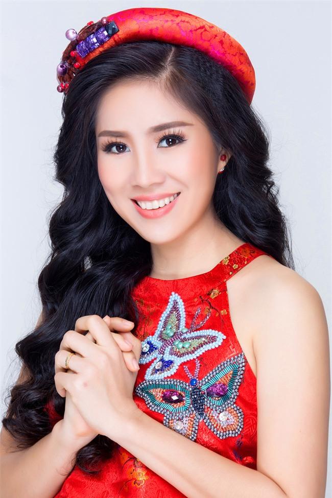 Mẹ một con Lê Phương tươi trẻ, khoe vai trần với váy yếm đỏ rực - Ảnh 1.