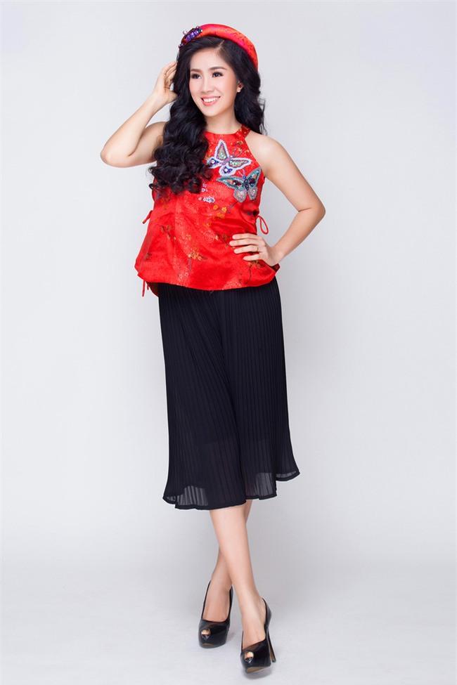 Mẹ một con Lê Phương tươi trẻ, khoe vai trần với váy yếm đỏ rực - Ảnh 2.