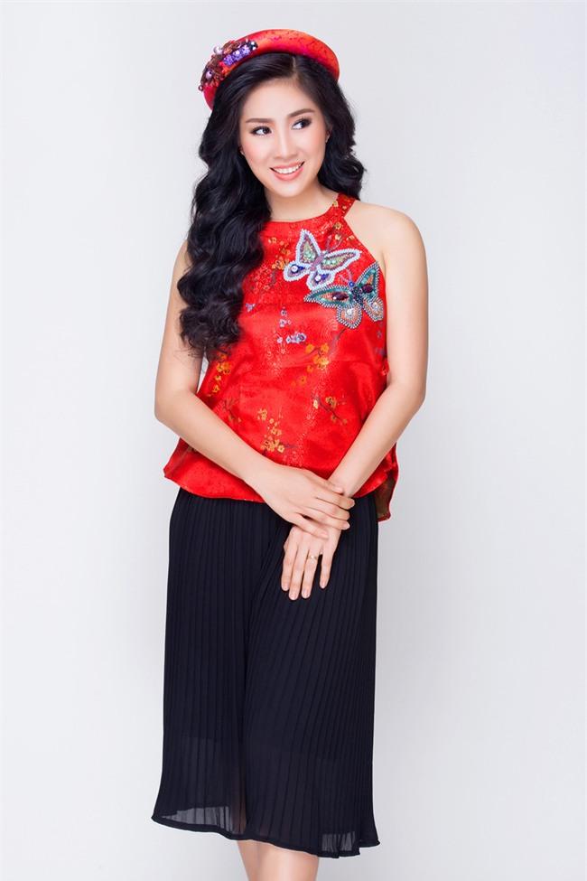 Mẹ một con Lê Phương tươi trẻ, khoe vai trần với váy yếm đỏ rực - Ảnh 3.