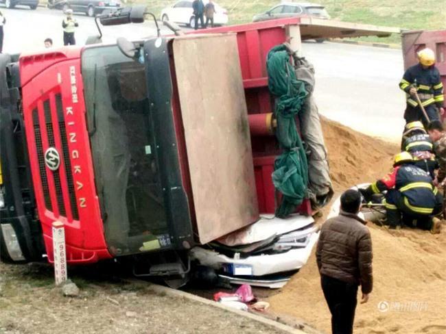Bất ngờ lật nhào, container chở cát chôn sống nữ tài xe con bên đường - Ảnh 1.