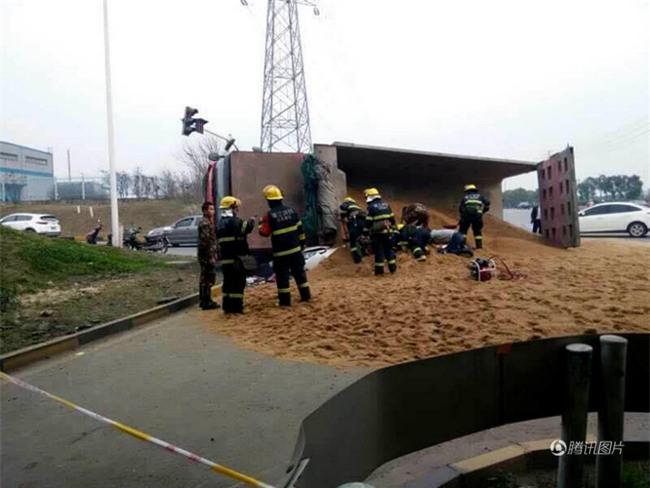 Bất ngờ lật nhào, container chở cát chôn sống nữ tài xe con bên đường - Ảnh 2.