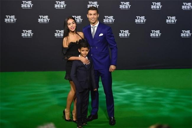 Cristiano Ronaldo se don them con sinh doi hinh anh 1