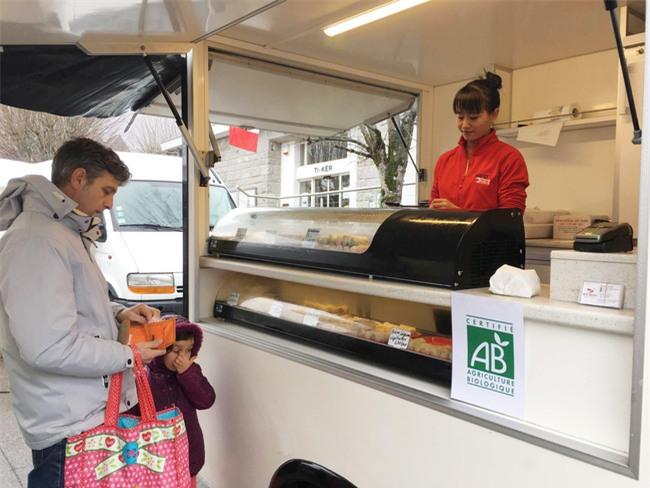 Ý tưởng bán nem, cơm chiên trên xe tải giúp cô gái Việt thắng cuộc thi khởi nghiệp tại Pháp - Ảnh 2.