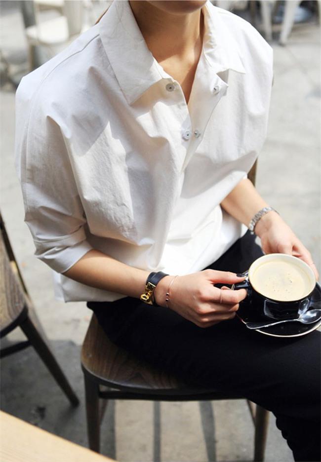 Sơmi trắng: chiếc áo vốn khô khan, nghiêm túc đang tự F5 mình bằng những cách điệu thú vị - Ảnh 1.