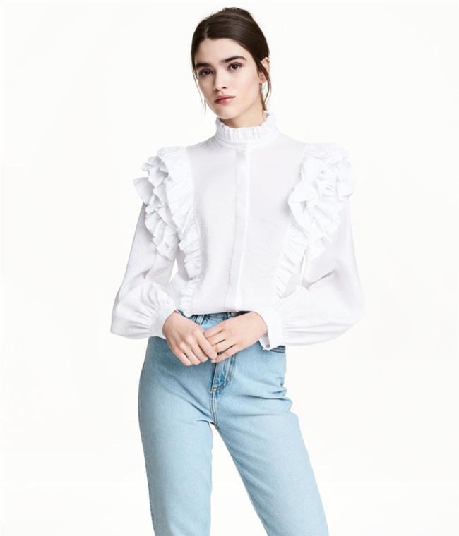 Sơmi trắng: chiếc áo vốn khô khan, nghiêm túc đang tự F5 mình bằng những cách điệu thú vị - Ảnh 14.