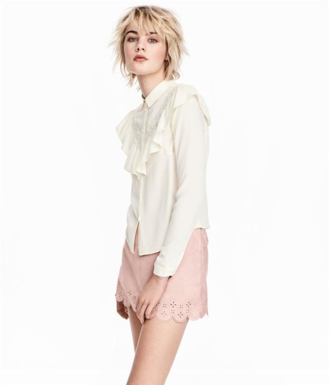 Sơmi trắng: chiếc áo vốn khô khan, nghiêm túc đang tự F5 mình bằng những cách điệu thú vị - Ảnh 15.