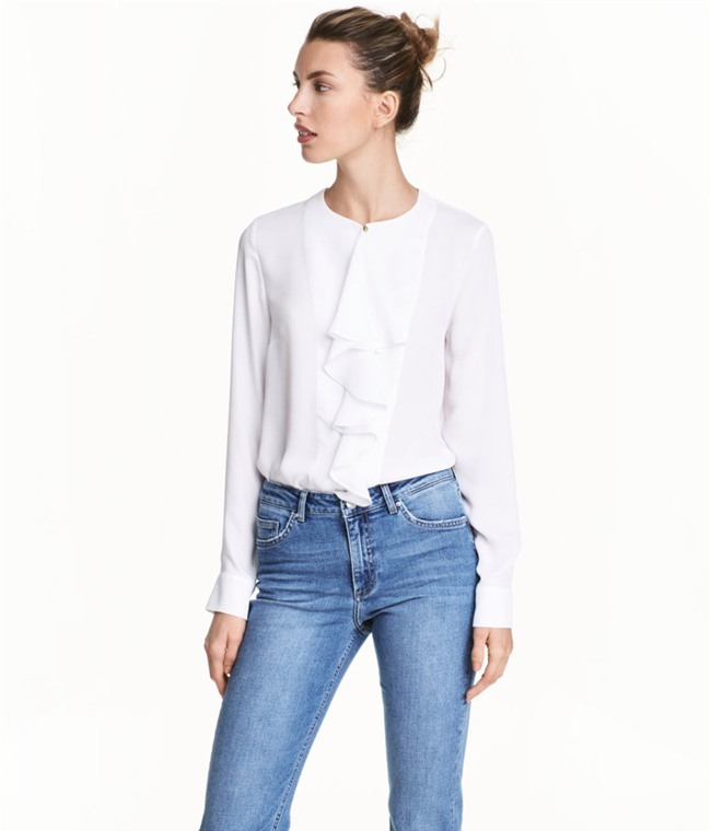 Sơmi trắng: chiếc áo vốn khô khan, nghiêm túc đang tự F5 mình bằng những cách điệu thú vị - Ảnh 16.