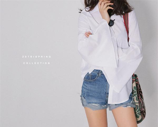 Sơmi trắng: chiếc áo vốn khô khan, nghiêm túc đang tự F5 mình bằng những cách điệu thú vị - Ảnh 18.