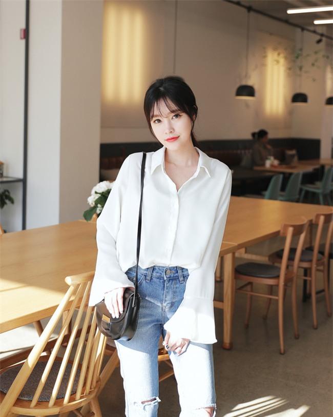 Sơmi trắng: chiếc áo vốn khô khan, nghiêm túc đang tự F5 mình bằng những cách điệu thú vị - Ảnh 20.
