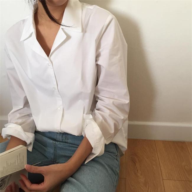 Sơmi trắng: chiếc áo vốn khô khan, nghiêm túc đang tự F5 mình bằng những cách điệu thú vị - Ảnh 3.