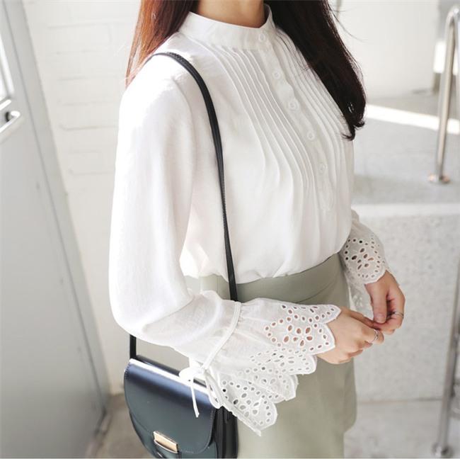 Sơmi trắng: chiếc áo vốn khô khan, nghiêm túc đang tự F5 mình bằng những cách điệu thú vị - Ảnh 21.