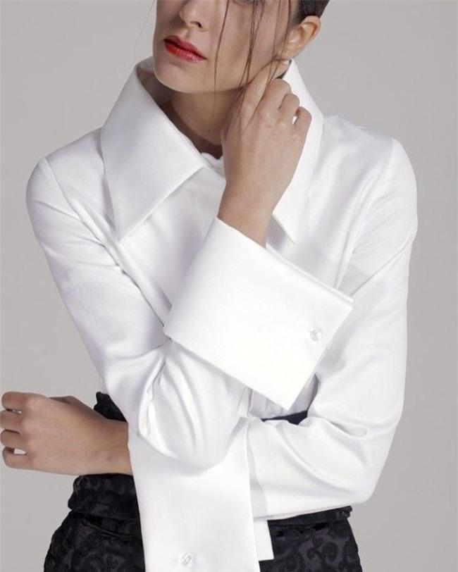 Sơmi trắng: chiếc áo vốn khô khan, nghiêm túc đang tự F5 mình bằng những cách điệu thú vị - Ảnh 22.