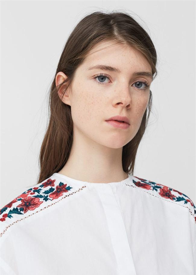 Sơmi trắng: chiếc áo vốn khô khan, nghiêm túc đang tự F5 mình bằng những cách điệu thú vị - Ảnh 5.