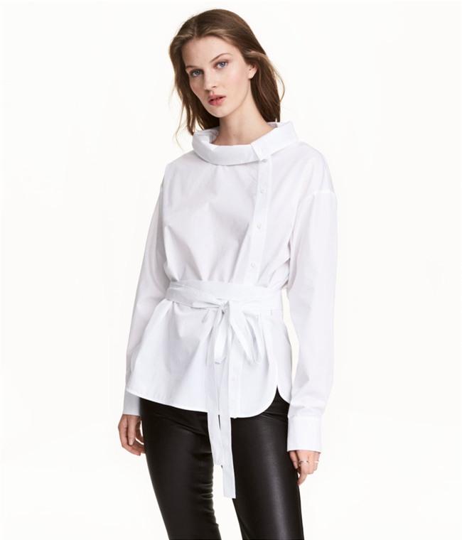Sơmi trắng: chiếc áo vốn khô khan, nghiêm túc đang tự F5 mình bằng những cách điệu thú vị - Ảnh 9.