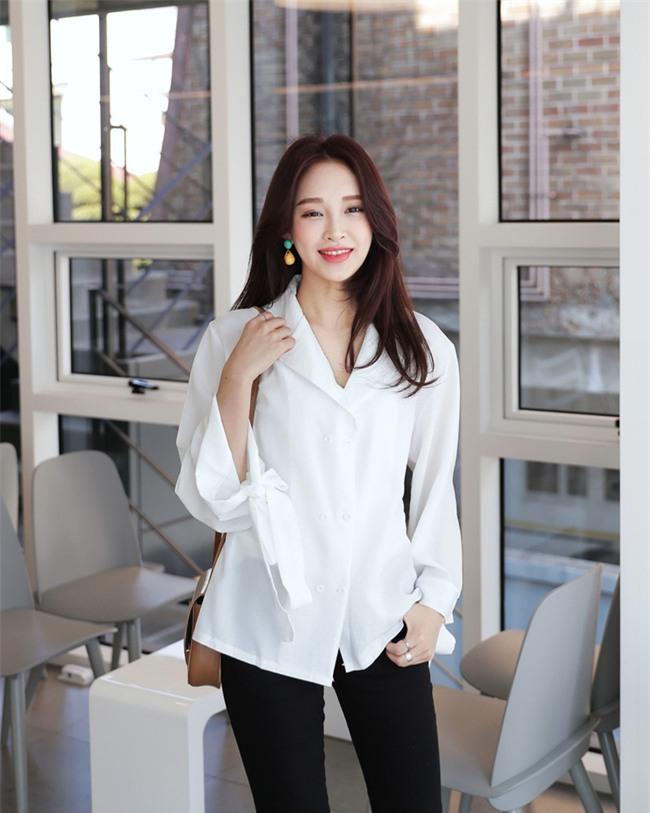 Sơmi trắng: chiếc áo vốn khô khan, nghiêm túc đang tự F5 mình bằng những cách điệu thú vị - Ảnh 10.