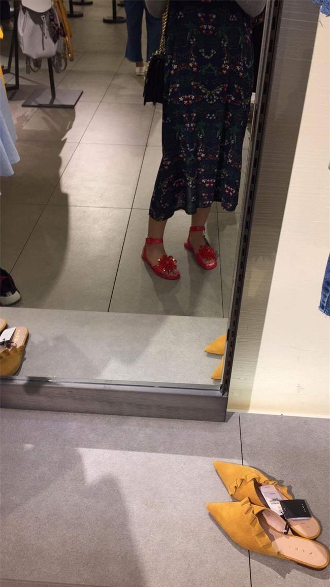 Sau dép lau nhà, Zara lại ra đôi dép nhựa hoa đỏ order về thể nào cũng khóc thét - Ảnh 5.