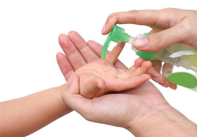 Nước rửa tay khô - các chuyên gia gọi đây là món đồ chơi có khả năng gây tử vong cho trẻ - Ảnh 1.