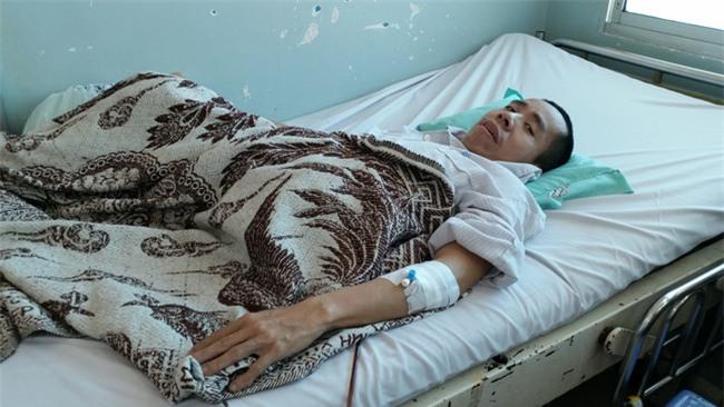 Người em trong cặp song sinh dính liền Việt - Đức phải nhập viện vì bệnh nặng - Ảnh 1.