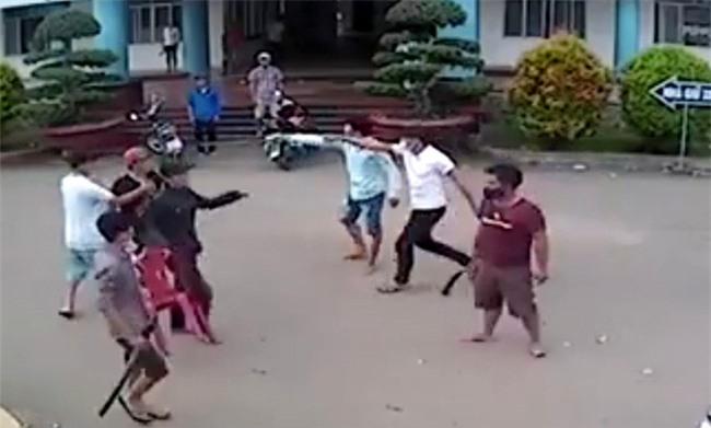 Hà Tĩnh: Hẹn nhau giải quyết ân oán trước cổng trường ĐH, một thanh niên bị đâm gục bằng chai thủy tinh - Ảnh 1.