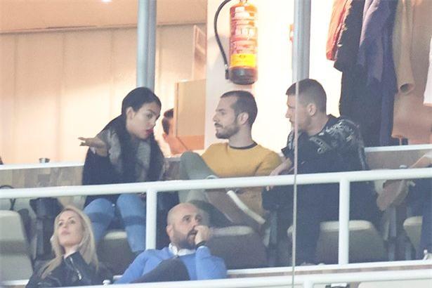 Georgina dính chặt Ronaldo sau tin đồn CR7 có con sinh đôi - Ảnh 4.