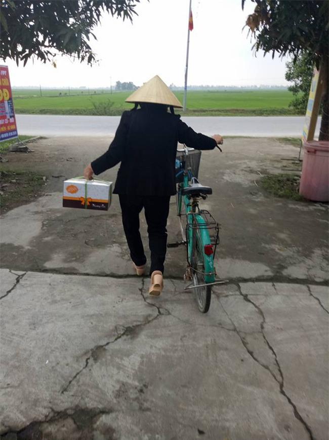 Người phụ nữ đạp xe 4 km mua bánh sinh nhật tặng con dâu, chị em trầm trồ phong danh hiệu mẹ chồng thế kỷ - Ảnh 2.