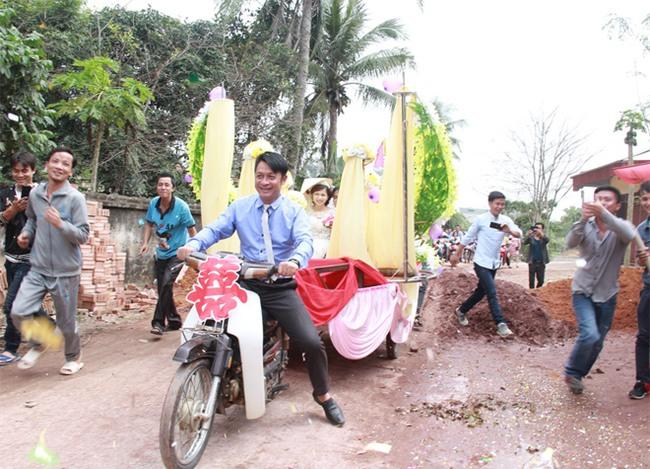 Rước dâu bằng xe chở lúa, đám cưới hiếm thấy tại Thanh Hóa - Ảnh 3.