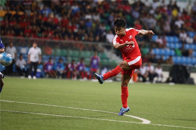 Mac Hong Quan nhan the do, Quang Ninh thua nguoc o Singapore hinh anh 3