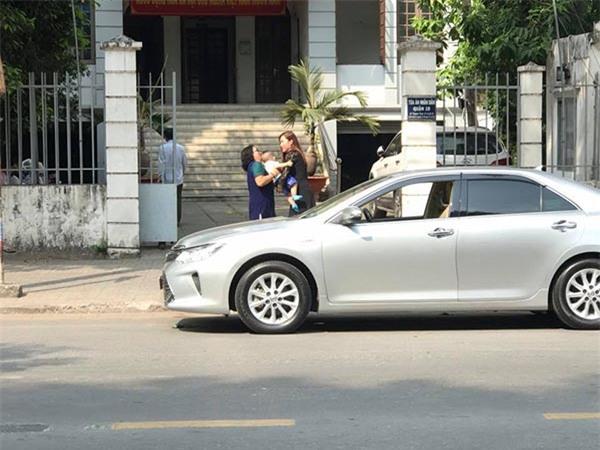 Phi Thanh Vân ôm con 5 tiếng tại tòa án, chồng vẫn không đến giải quyết ly hôn - Ảnh 1.