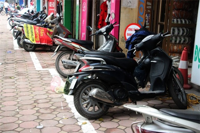 Một đoạn vỉa hè trên đường Nguyễn Trãi có vạch kẻ hình zích zắc.
