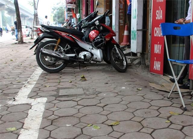 Mép cửa hộ dân này bị dốc nên lực lượng chức năng đã kẻ vạch vỉa hè lui ra phía ngoài để thuận tiện cho người dân để xe máy.