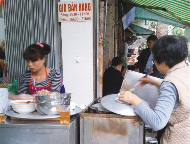 """6 quán bánh cuốn ngon """"nức nở"""" để quên đi thời tiết Hà Nội ẩm ương - Ảnh 1."""