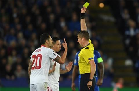 Nasri nhận thẻ đỏ rời sân
