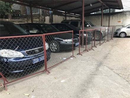 """6 chiếc xe công của Sở LĐTB&XH Hà Nội được """"niêm phong"""" để bàn giao cho thành phố sau khi Sở này thực hiện khoán khinh phí"""