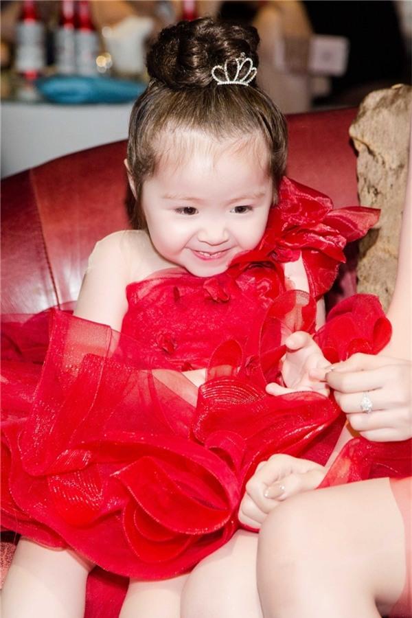 Elly Trần, Cadie Mộc Trà diện đồ đôi đỏ rực cực thu hút