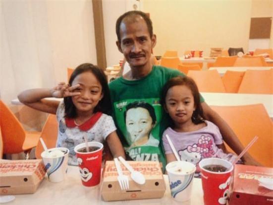 Hình ảnh người cha khắc khổ lặng lẽ nhìn 2 con gái nhỏ say sưa ăn gà rán khiến nhiều người rơi nước mắt - Ảnh 2.