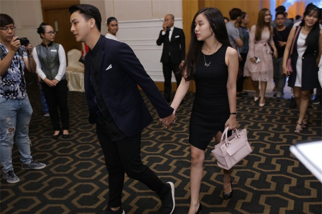 Hoài Lâm lần đầu tay trong tay xuất hiện cùng bạn gái sau khi công khai quan hệ tình cảm - Ảnh 1.
