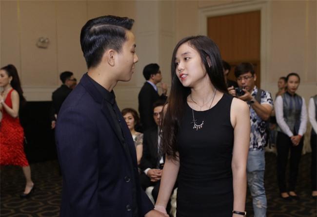Hoài Lâm lần đầu tay trong tay xuất hiện cùng bạn gái sau khi công khai quan hệ tình cảm - Ảnh 4.