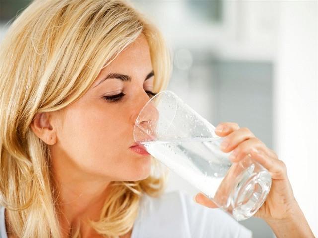 Uống nước ngay khi vừa thức dậy: Việc đơn giản, lợi ích vàng không phải ai cũng biết - Ảnh 2.