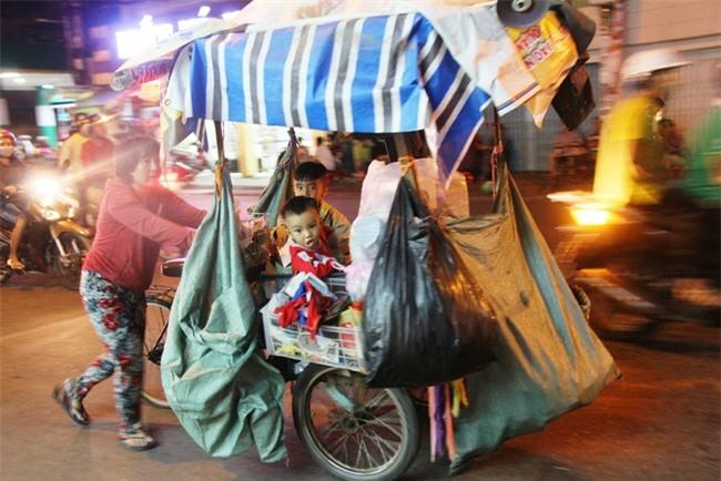 Bốn mẹ con trên chuyến xe rác ở Sài Gòn: Dù thế nào cũng phải lo cho tụi nhỏ đi học - Ảnh 1.